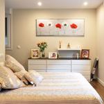 Dormitorio con vestidor y baño de casa prefabricada