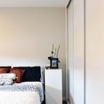 Dormitorio con armario empotrado de casa prefabricada