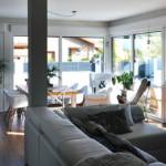Salón con galería de casa prefabricada Cube 157 m2