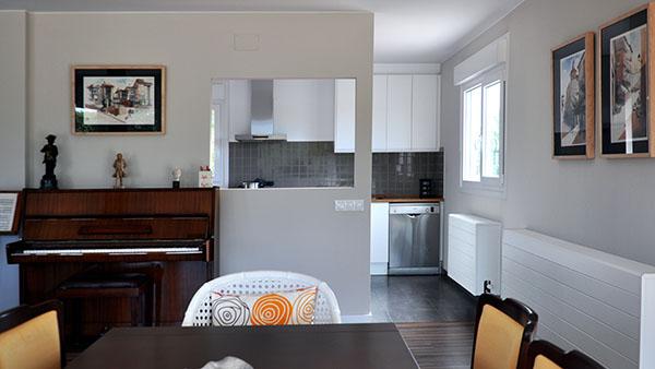 Comedor y cocina de una casa prefabricada Cube de 150 m2